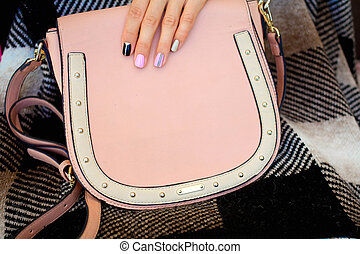 nowoczesny, dziewczyna, z, paznokieć froterują, i, niejaki, modny, torba, .the, styl, życie, trending