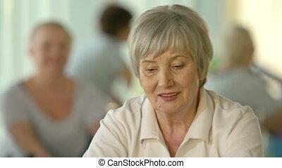 nowoczesny, emeryci