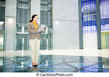 nowoczesny, kobieta interesu, w, biuro, środek