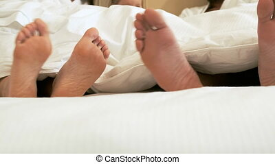 nu, mensonges, couple, pieds, bed.