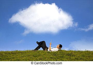 nuage, fond, et, heureux, homme affaires, fonctionnement, à, pc tablette, sur, les, herbe verte
