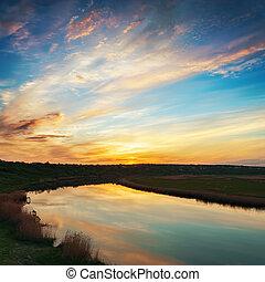 nuages, dans, coucher soleil, et, rivière