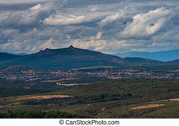 nuageux, petit, village, pic, montagne, ciel