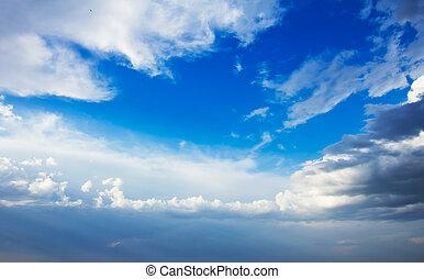 nubes blancas, en, cielo azul