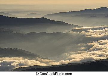 nubes, encima, el, montañas