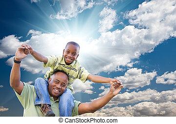 nubes, encima, niño, cielo, norteamericano, hombre africano, feliz