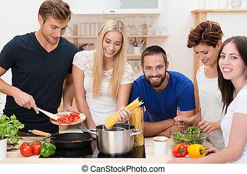 nudelgerichte, friends, gruppe, junger, vorbereiten