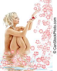 nudo, biondo, con, petali rose, e, fiori, in, acqua