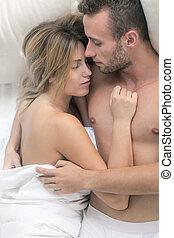nudo, coppia abbracciando