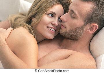 nudo, coppia, letto, abbracciare