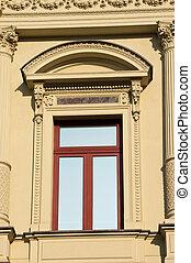 nuevo, ventana, en, viejo, adornado, casa