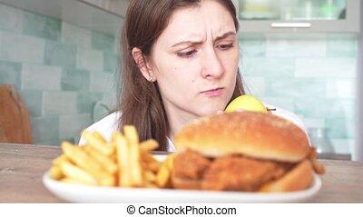 nuisible, willpower, sain, diet., contre, nourriture, femme, jeûne, droit, -, pomme, choix, fond, mange