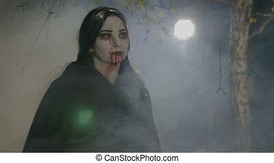 nuit, elle, venir, chasse, assoiffé, dents, vampire, femme, projection, forêt, halloween, dehors, jeune
