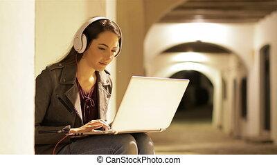 nuit, femme, ordinateur portable, écouteurs, sérieux, utilisation