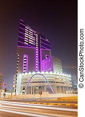 nuit, koweït, bâtiment, moderne, haut-ascension, bureau, éclairé, ville