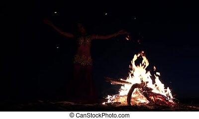 nuit, ventre, silhouette, tard, clair, girl, sable, danse, campfire., motion., lent
