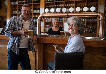 numérique, avoir, bière, utilisation, tablette, compteur, femme homme, heureux