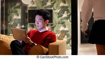 numérique, mâle, utilisation, sofa, cadre, tablette, 4k, bureau
