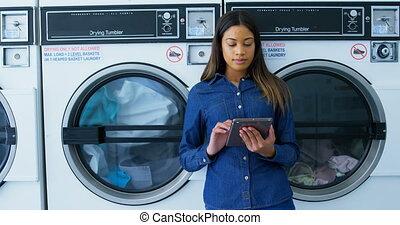 numérique, utilisation, laverie automatique, tablette, 4k, femme