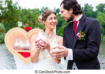 nuptial, couple, à, mariage, à, blanc, colombes