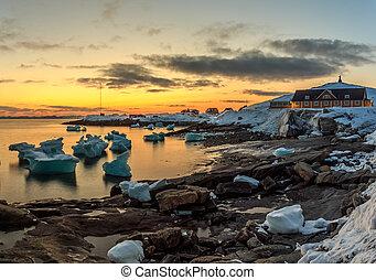 nuuk, ville, vieux, port, coucher soleil, vue, à, icebergs, groenland