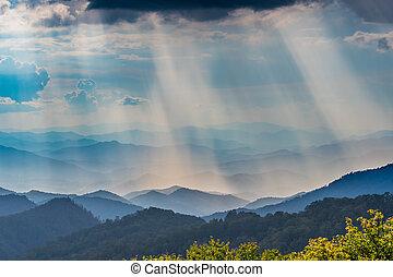 nuvens, acima, raios sol, brilhar, ligado, a, montanhas azuis aresta