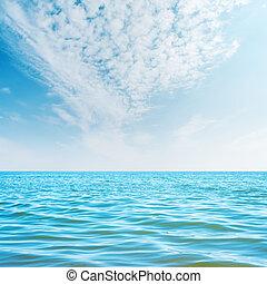 nuvens brancas, em, céu, azul, mar