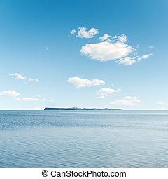 nuvens brancas, em, céu azul, sobre, mar