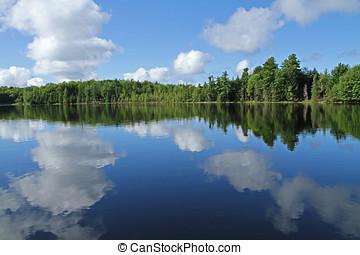 nuvens brancas, refletido dentro, lago