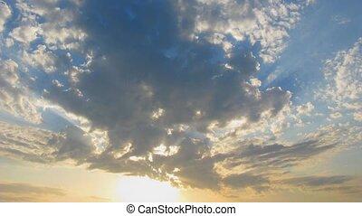 nuvens, com, raios sol, lapso tempo