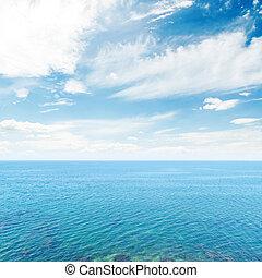 nuvens, em, céu azul, sobre, mar