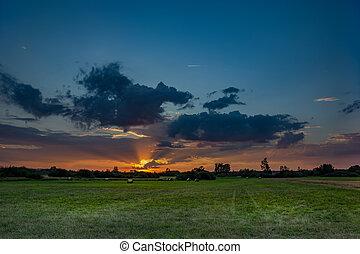 nuvens, prado, coloridos, sobre, verde, pôr do sol
