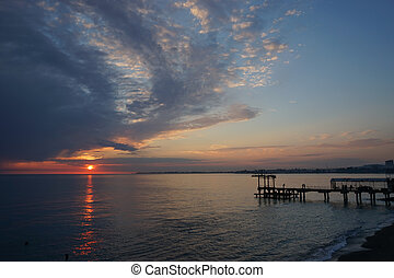 nuvens, sobre, escuro, dramático, pôr do sol, pacata, mar