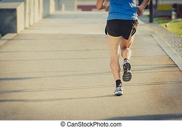 nyár, cipők, atlétikai, tréning, kilátás, hát, fiatal, futás, állóképesség, combok, ember