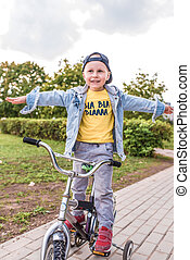 nyár, egyensúly, bicikli, kevés, maradék, weekends, év, város, 3-5, ősz, övé, lovagol, gyermek, elsajátít, fiú, eredet, liget, öreg, folytatódik, bicikli, nap, képzés, boldog, dexterity.