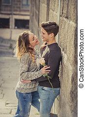 nyílt, portré, közül, gyönyörű, európai, párosít, noha, rózsa, szerelemben, csókolózás, képben látható, utca, fasor, misét celebráló, valentines nap