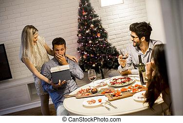 ny kvinna, eller, man, år, älskande, fik, helgdagsafton, gåva, jul, ung
