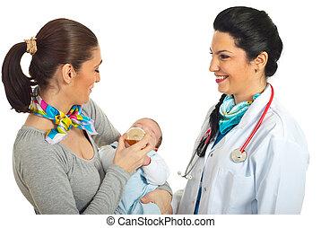 ny kvinna, glad släkt, läkare
