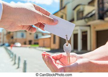 nyckel, av, lägenhet, och, a, kort, för, en, inskrift, in, den, räcker, av, folk