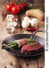 nyers steak, lábas, vas