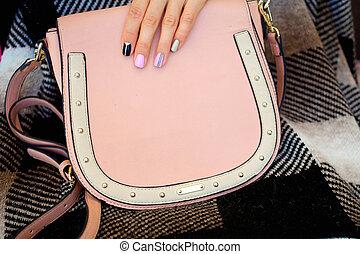 nymodig, flicka, med, spika polermedel, och, a, toppmodern, väska, .the, stil, liv, trending