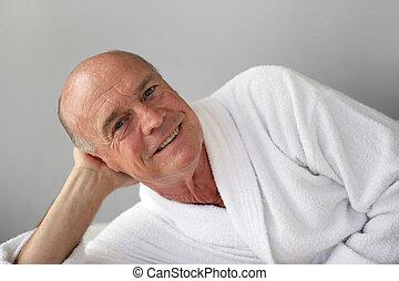 nyugdíjas, fürdőköpeny, bágyasztó, ember