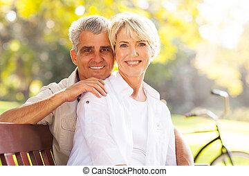 nyugdíjas, megfontolt összekapcsol, szabadban