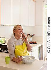 nyugdíjas, nő, elkészít táplálék, otthon