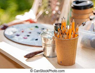 ołówki, w, papier, filiżanka, na, niejaki, stół, przez, przedimek określony przed rzeczownikami, artysta