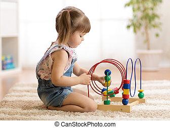 oświatowa zabawka, gry, być w domu, dziewczyna, koźlę