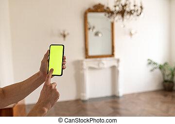 o, contenido, swiping., smartphone, chroma, mirar, sin, conmovedor, tenencia, llave, verde, pantalla