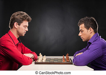 o, mężczyźni, myślenie, przenosić, młody, tło., czarnoskóry, szachy, poważny, robiące przyjaciele, interpretacja, pierwszy