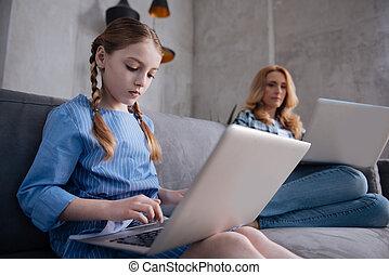 obcecado, jogos computador, criança, lar, tocando