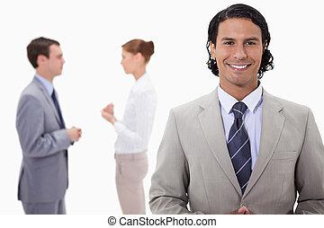 obchodník, s, mluvící, kolega, pozadu, ho
